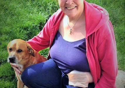 Foto: Frau mit Hund und Beutel am Bauch