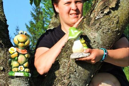 Foto: Frau mit Fröschen und einem Beutel am Bauch