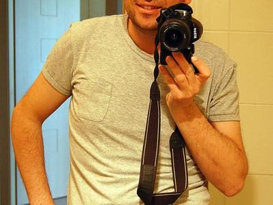 Foto: junger Mann mit Beutel am Bauch