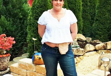 Foto: Frau im Garten mit Beutel am Bauch