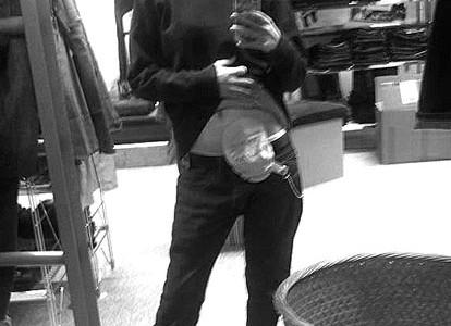 Foto: junge Frau mit Beutel am Bauch beim Shoppen