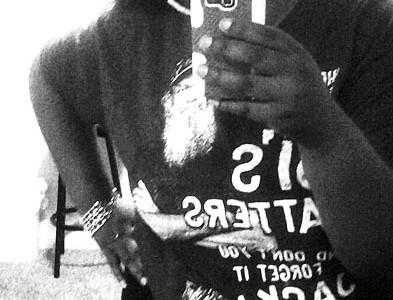 Foto: junge Stomaträgerin macht ein Selfie und zeigt ihren Beutel am Bauch