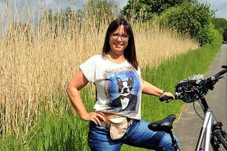 Foto: Stomaträgerin zeigt beim Radfahren ihren Beutel am Bauch