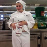 Foto: Shit happens - Stomaträgerin zeigt ihren Beutel in der Küche