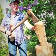 Foto: Stomaträger zeigt beim Holzhacken seinen Beutel am Bauch