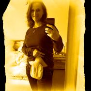 Foto: Stomaträgerin macht Selfie mit Beutel am Bauch
