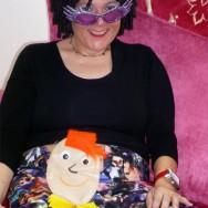 Foto: flippige Frau mit Beutel-Gesicht am Bauch, total crazy ;)