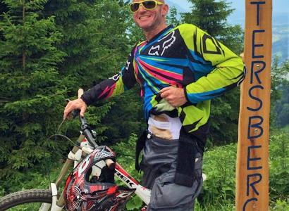 Foto: Stomaträger mit seinem Mountainbike zeigt auf dem Muttersberg seinen Beutel am Bauch