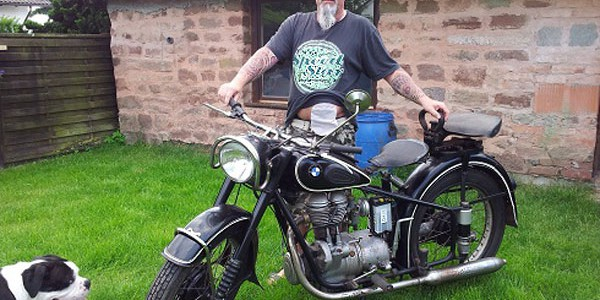 Foto: Rpcker zeigt sein Oldtimer-Bike... und seinen Stoma-Beutel am Bauch
