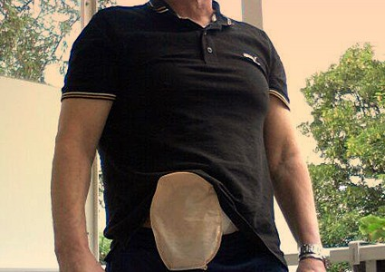 Foto: Stomaträger zeigt seinen Beutek am Bauch