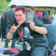Foto: Stomaträgerin rockt mit ihrem Beutel am Bach ein Open-Air-Festival