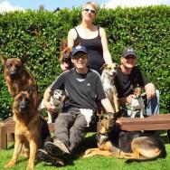 Foto: Stomat-Trägerin führt gemeinsam mit ihren Freunden Hunde aus
