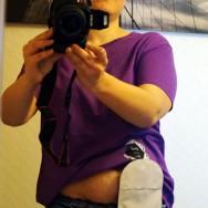 Foto: Stomaträgerin fotografiert sich selbst und zeigt ihren Beutel am Bauch