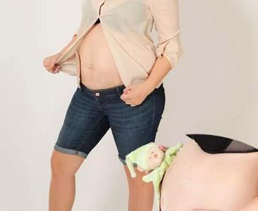 Foto: schwangere Stomaträgerin zeigt ihren Stomabeutel am Babybauch