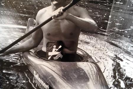 Foto: Stomaträger zeigt seinen Beutel am Bauch beim Kajak-Fahren