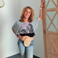 Foto: Junge Frau zeigt ihren Stomabeutel am Bauch