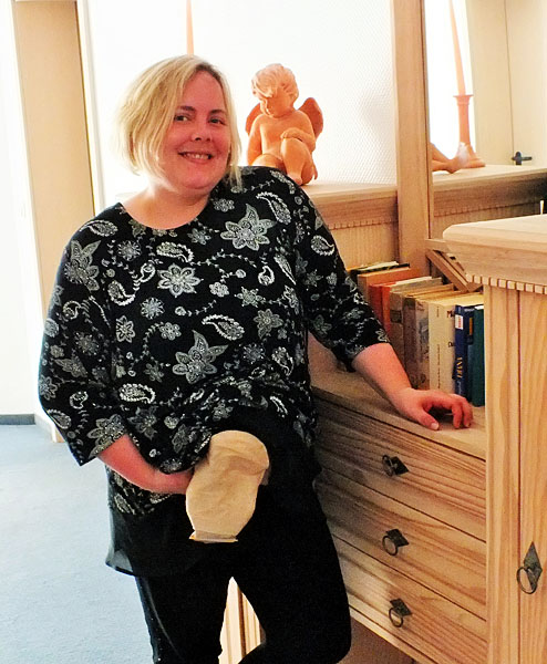 Foto: Stomaträgerin zeigt ihren Stomabeutel, der sonst unter der Kleidung verborgen bleibt