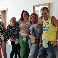 Foto: Stomaträger zeigen ihren Stomabeutel