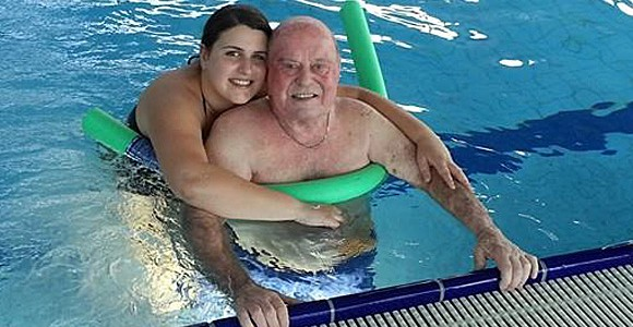 Foto: Enkelin ermutigt Großvater zum Besuch des Schwimmbads, der Stomabeutel stört dabei überhaupt nicht
