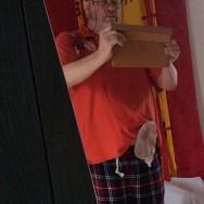 Foto: Stomaträger zeigt seinen Urostoma-Beutel