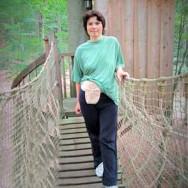 Foto: Kock-Pouch-Trägerin im Wald auf einer Hängebrücke