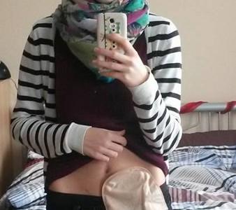 Foto: Selfie einer Stomaträgerin mit Stomabeutel am Bauch